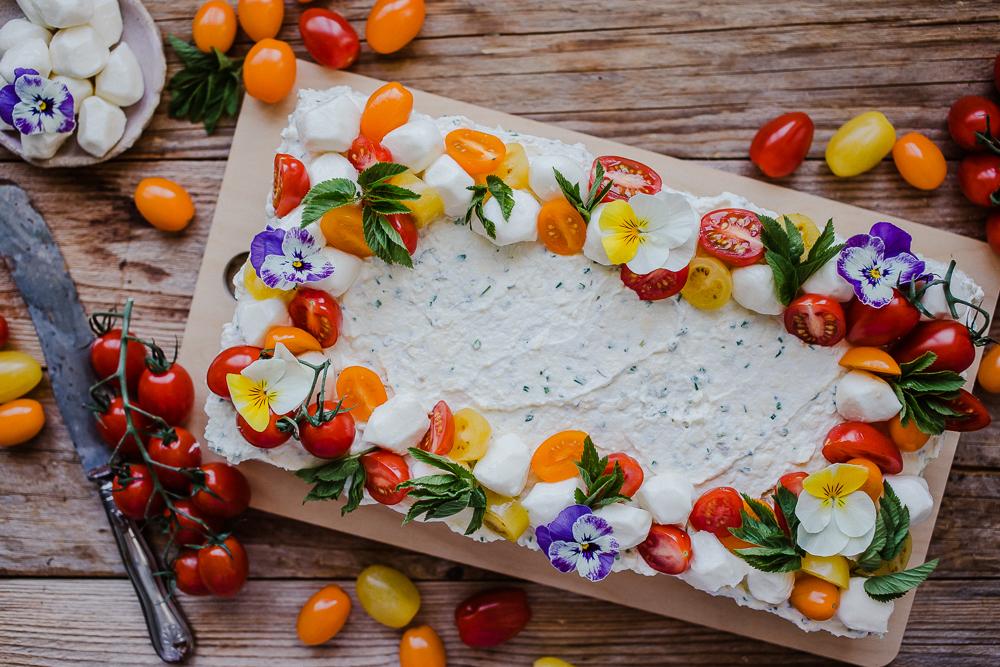 Kevään kauneimmassa voileipäkakussa maistuvat villivihannekset ja tomaatti