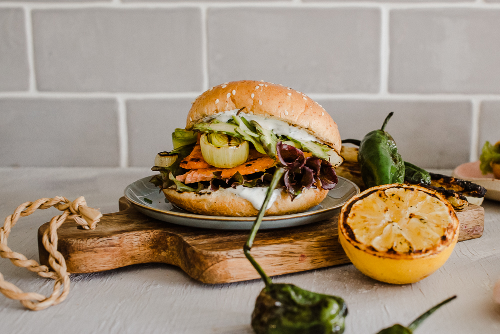 Kesäburgerissa maistuu grillattu kala