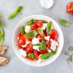 Tomaatti-mozzarellasalaatin kanssa tarjotaan rapeakuorista leipää.