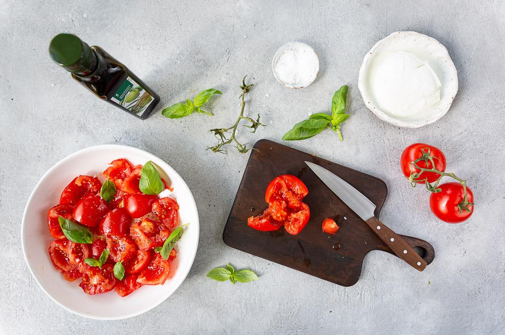 Tomaatti-mozzarellasalaatti on helppo valmistaa