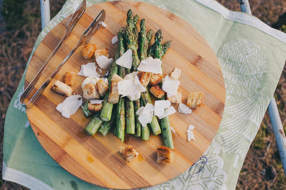 Sesonkireseptit: grillattua parsaa ja caesar-kastiketta